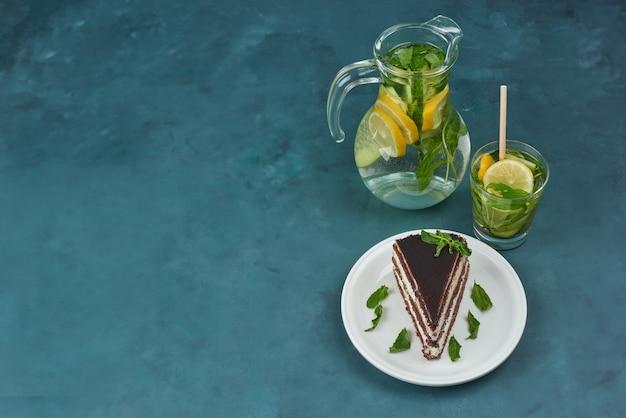 Ein stück schokoladenkuchen mit mojito, draufsicht. Kostenlose Fotos