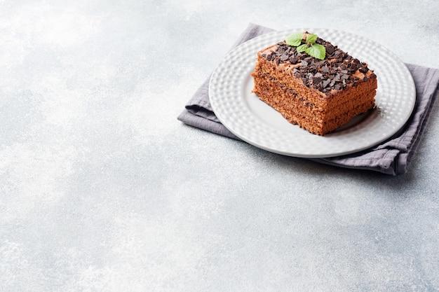 Ein stück trüffelkuchen mit schokolade auf einem grauen konkreten hintergrund. kopieren sie platz Premium Fotos