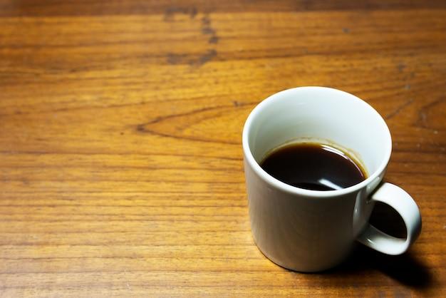 Ein tasse kaffee auf hölzernem hintergrund mit kopienraum Premium Fotos