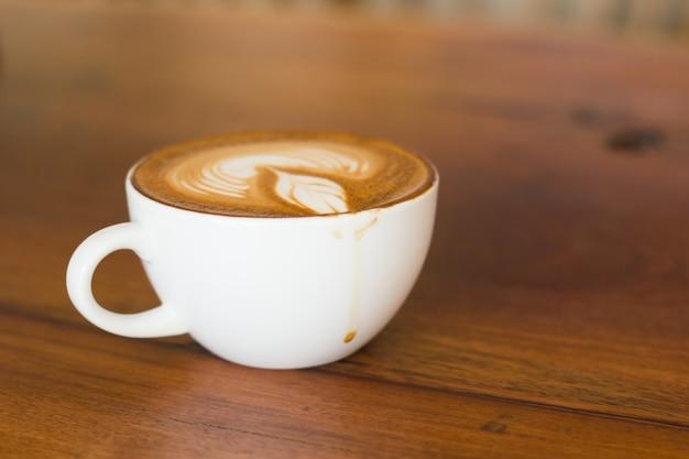 Ein tasse kaffee auf schlechter beleuchtung mit kopienraum. Premium Fotos