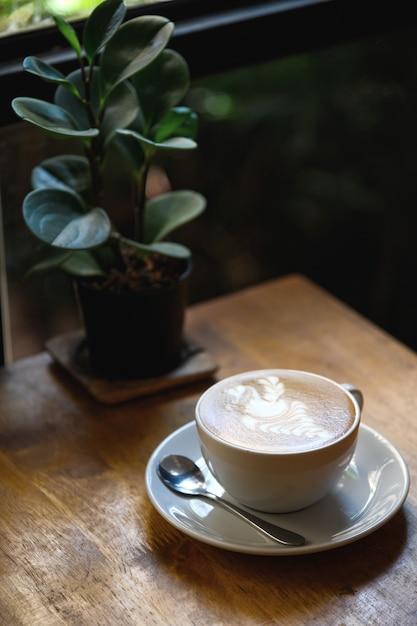 Ein tasse kaffee in der restaurantinnentabelle Premium Fotos
