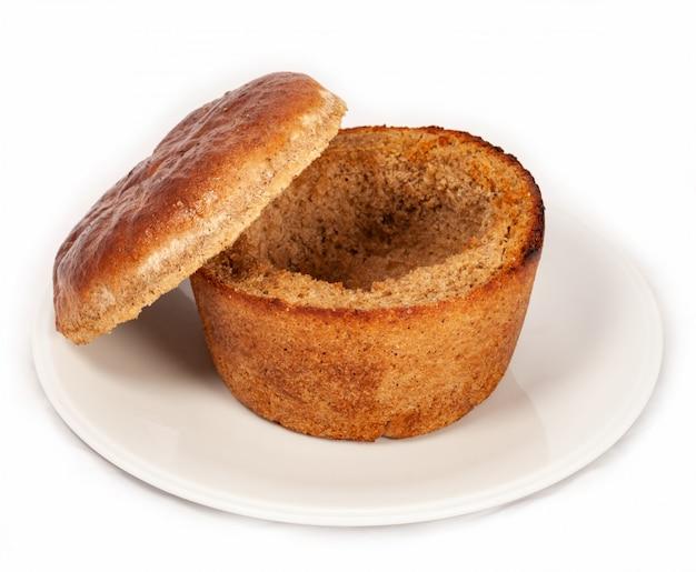 Ein teller brot für suppe auf einem weißen hintergrund Premium Fotos