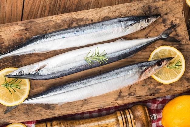 Ein teller mit frischem makrelenhecht Premium Fotos