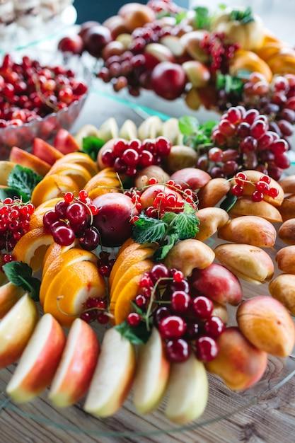 Ein tisch mit köstlichen früchten für alle gäste Kostenlose Fotos