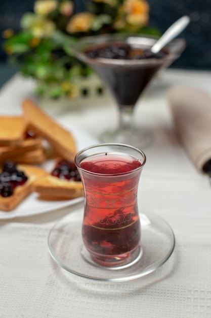 Ein traditionelles armudu-glas schwarzer tee. Kostenlose Fotos