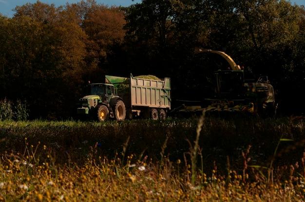 Ein traktor, der ein bauernfeld bearbeitet Premium Fotos