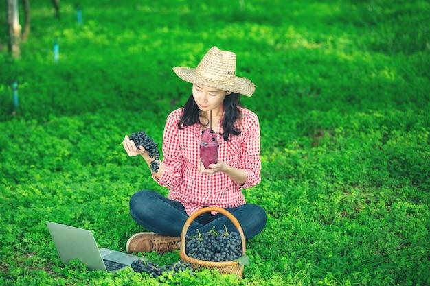 Ein traubenbauer, der frisch gepressten traubensaft genießt Kostenlose Fotos