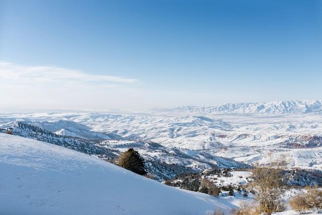 Ein unglaublich schönes panorama der winterberge des tien shan in usbekistan Premium Fotos
