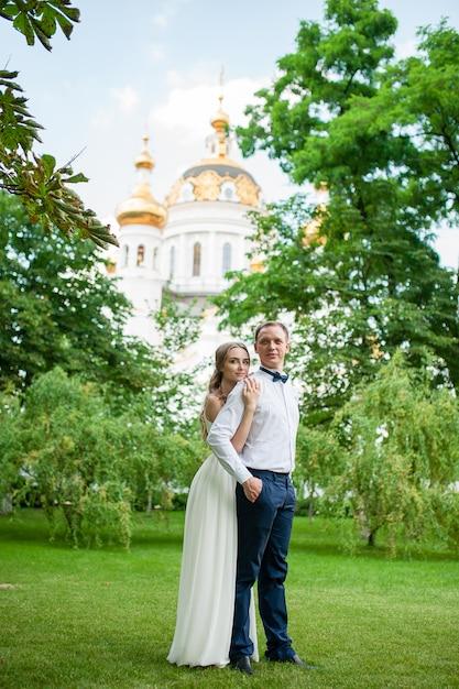 Ein verheiratetes paar geht im park spazieren und umarmt. Premium Fotos