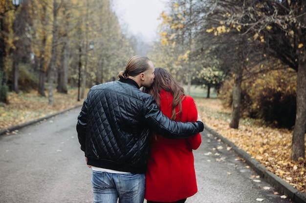 Ein verliebtes paar an einem romantischen date im herbstpark Premium Fotos