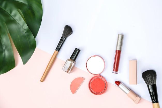 Ein verspottender satz einiger kosmetischer produkte mit süßem rosa und weißem papier Premium Fotos