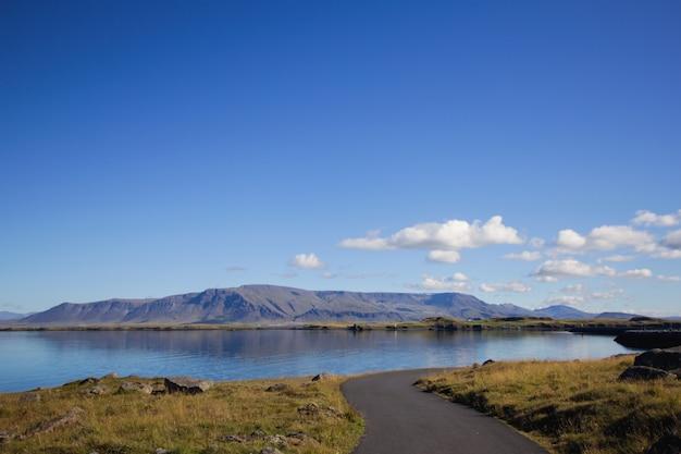 Ein weg zum berg Kostenlose Fotos