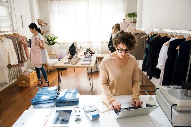 Ein weiblicher geschäftseigentümer benutzt den laptop Kostenlose Fotos