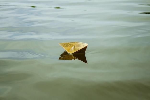 Ein weißbuchschiff, das auf wasser schwimmt Premium Fotos