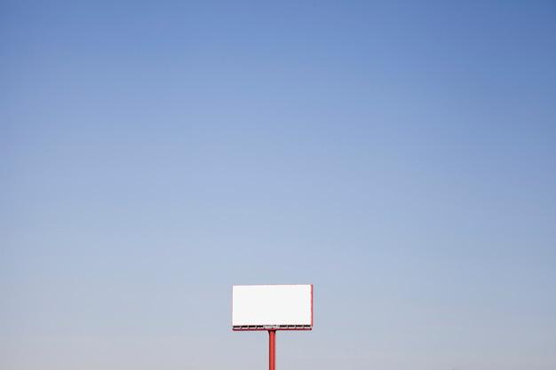 Ein weißes horten im freien gegen blauen himmel Kostenlose Fotos