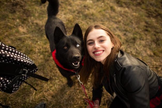 Ein wunderbares porträt eines mädchens und ihres hundes mit bunten augen. Premium Fotos