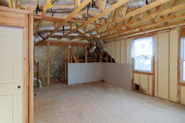 Ein zimmer in einem neu errichteten haus, das mit flüssigem isolierschaum besprüht wurde Premium Fotos