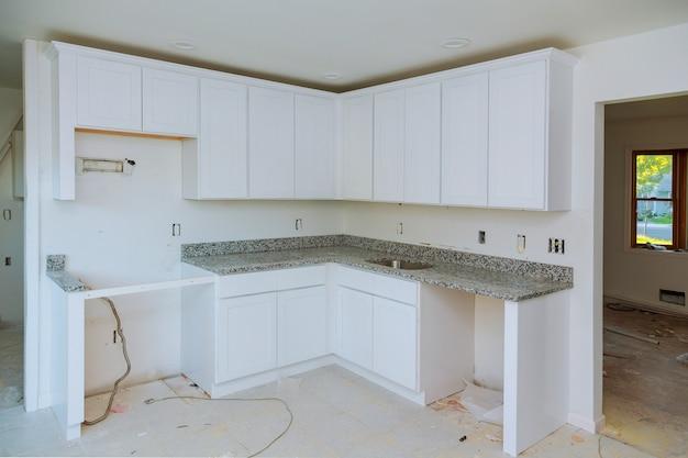 Einbau eines neuen induktionskochfeldes in eine moderne küche Premium Fotos