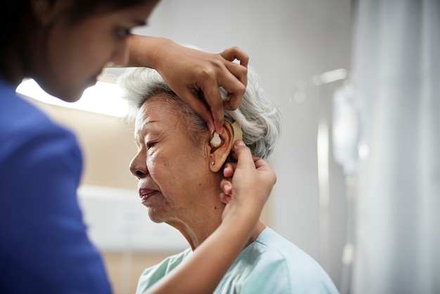 Eine ältere frau mit hörgerät Premium Fotos