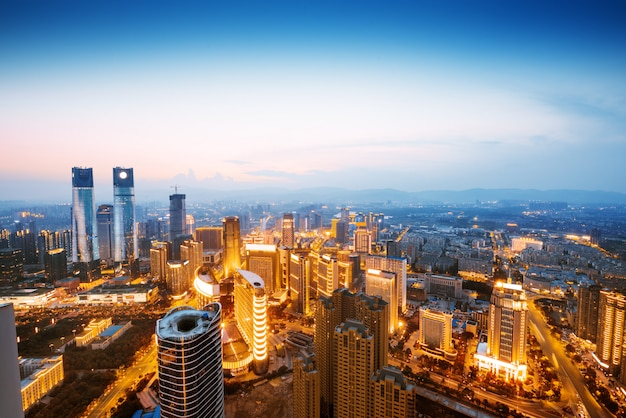 Eine ansicht über die große asiatische stadt von bangkok, thailand in der nacht, wenn die hohen wolkenkratzer belichtet werden Premium Fotos