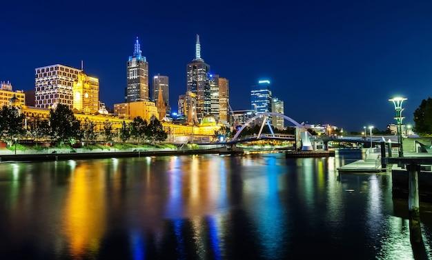 Eine ansicht von melbourne im stadtzentrum gelegen über dem yarra-fluss nachts in melbourne, victoria, austr Premium Fotos