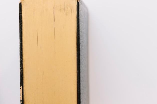 Eine antike weinlese schloss das buch, das auf weißem hintergrund getrennt wurde Kostenlose Fotos