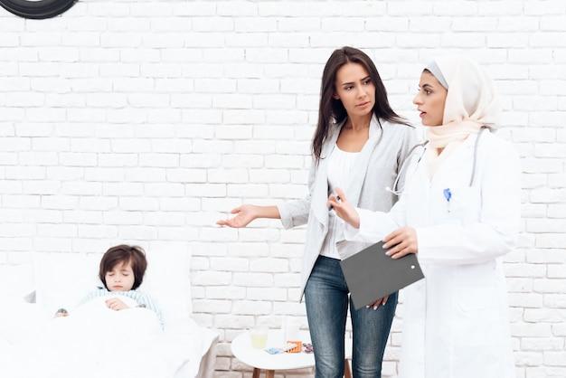 Eine arabische ärztin kommuniziert mit der mutter. Premium Fotos