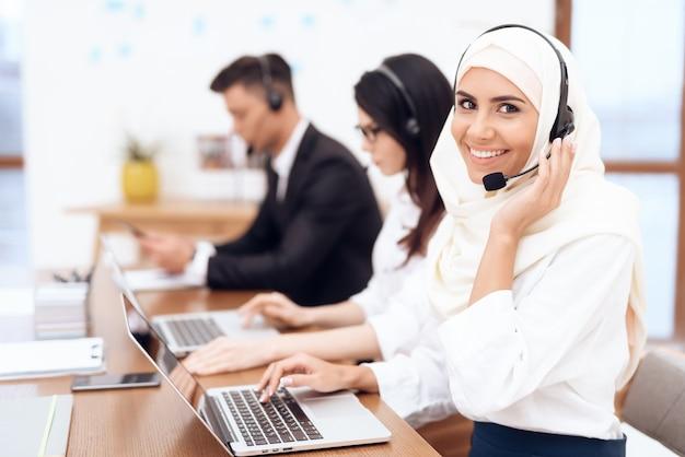 Eine arabische frau arbeitet in einem callcenter. Premium Fotos