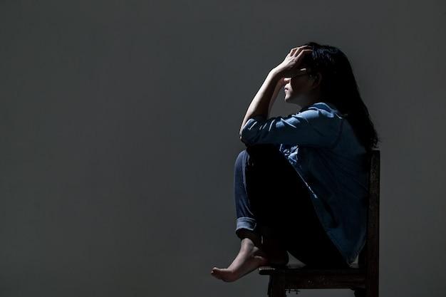 Eine asiatische frau leidet unter depressionen. Premium Fotos
