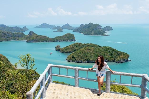 Eine asiatische frau mit schöner ansicht von mu koh angthong, samui island, surat thani, thailand Premium Fotos
