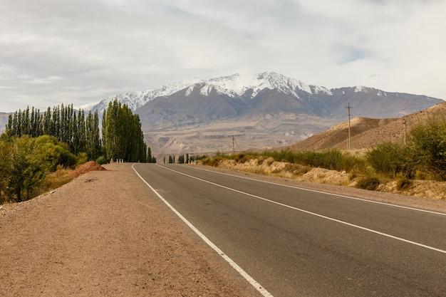 Eine autobahn 367, die in der region naryn in kirgisistan in der nähe des dorfes aral vorbeiführt Premium Fotos