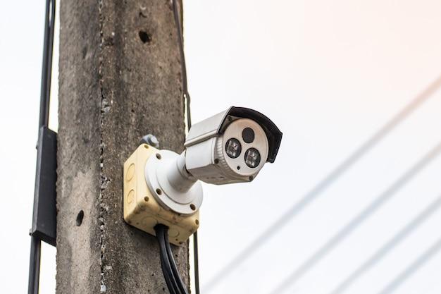 Eine cctv-kamera auf einem elektrischen mast überwacht wichtige ereignisse Premium Fotos