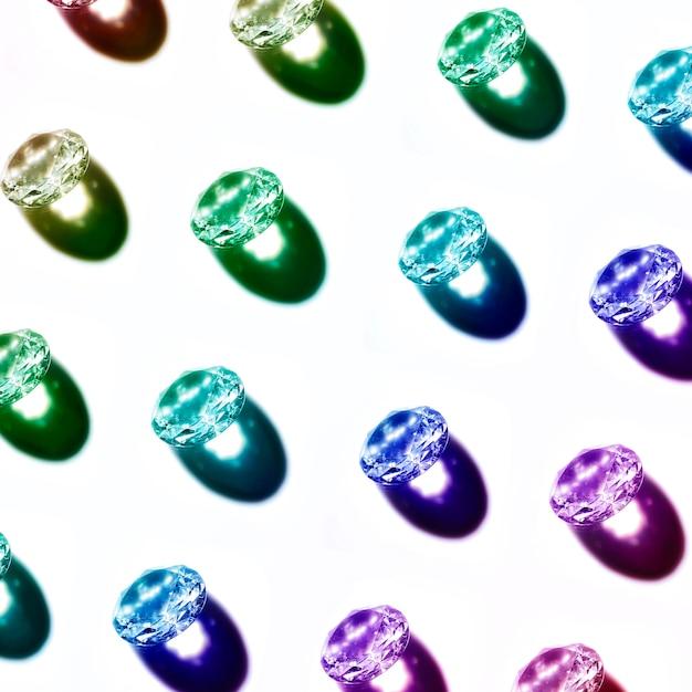 Eine draufsicht auf blau; grün; lila diamanten, die isoliert auf weißem hintergrund Kostenlose Fotos