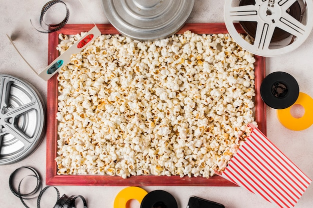 Eine draufsicht auf die filmrolle; 3d-brille; filmstreifen und popcorn-rahmen Kostenlose Fotos