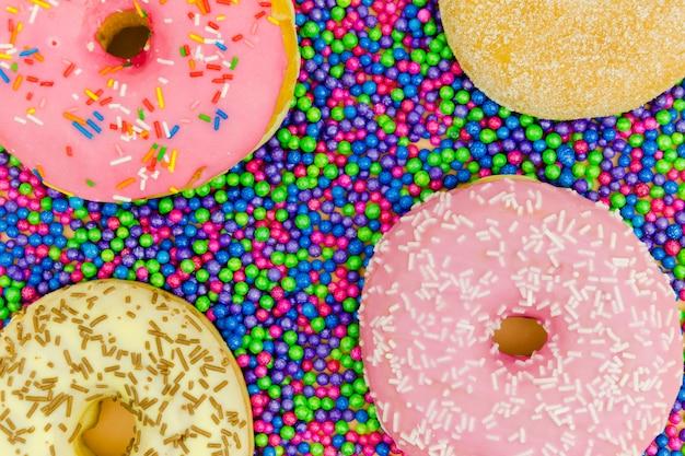 Eine draufsicht auf donuts auf den streubällen Kostenlose Fotos