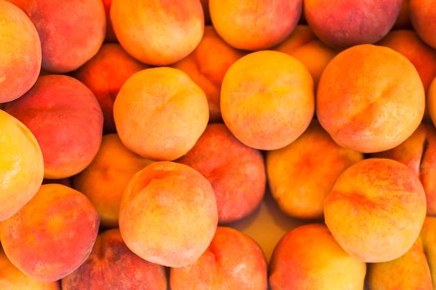 Eine draufsicht auf ganze geerntete pfirsichfrüchte Kostenlose Fotos