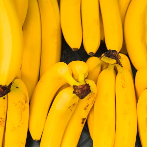 Eine draufsicht auf gelbe bananen Kostenlose Fotos