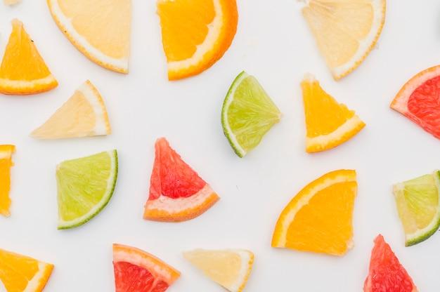 Eine draufsicht auf zitrusfruchtscheiben auf weißem hintergrund Kostenlose Fotos