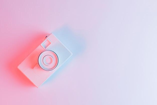 Eine draufsicht der gemalten kamera gegen rosa hintergrund Kostenlose Fotos