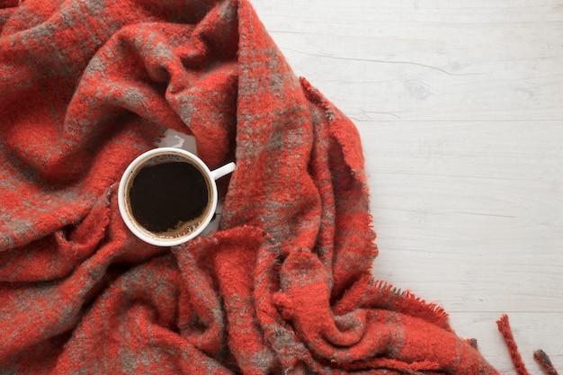 Eine draufsicht des kaffees auf roter decke Kostenlose Fotos