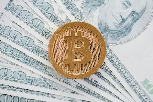 Eine draufsicht von bitcoins über die us-dollar-währung banknoten Kostenlose Fotos