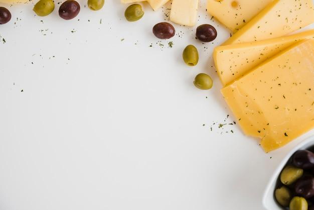 Eine draufsicht von oliven mit dem käse lokalisiert auf weißem hintergrund Kostenlose Fotos