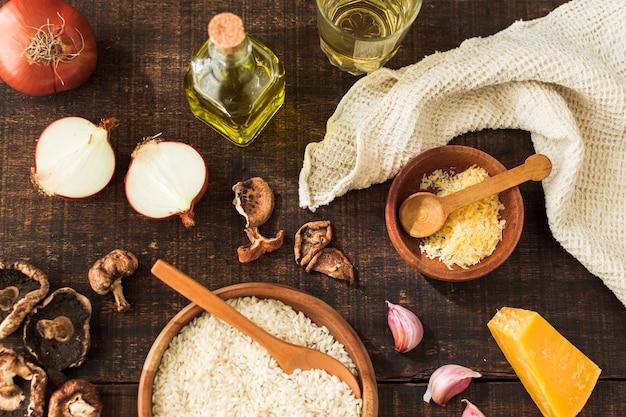 Eine draufsicht von traditionellen italienischen risottobestandteilen auf holztisch Kostenlose Fotos
