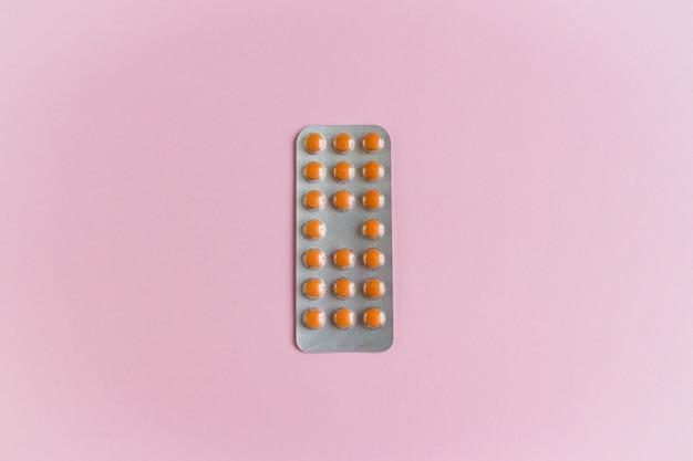 Eine einzelne blisterpackung mit medizinpillen. nahrungsergänzungsmittel, gesundheitspflege und behandlung. pharmaindustrie-konzept Premium Fotos