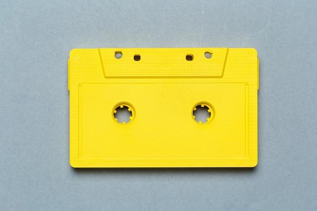 Eine einzelne retro- audiokassette auf hellgrauer, draufsicht Premium Fotos