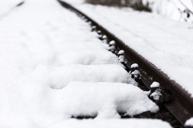 Eine eisenbahn, die mit glattem weißem schnee bedeckt ist Kostenlose Fotos