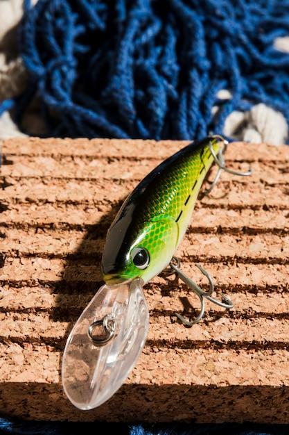 Eine erhöhte ansicht des grünen fischereiköders auf korkenvorstand Kostenlose Fotos