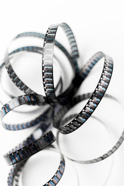Eine erhöhte ansicht des kurvenfilmstreifens auf weißem hintergrund Kostenlose Fotos