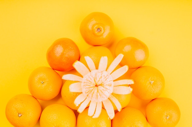 Eine erhöhte ansicht von früchten einer orange auf gelbem hintergrund Kostenlose Fotos