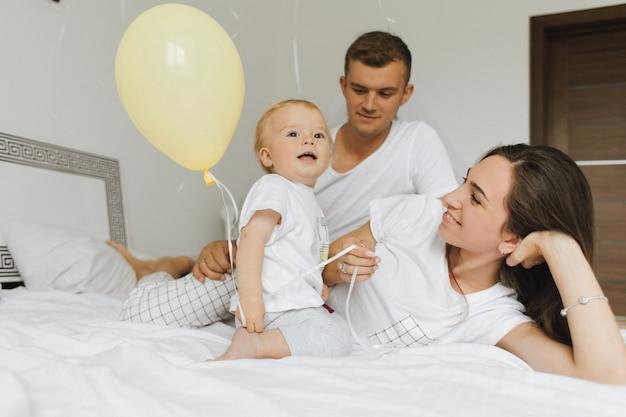 Eine familie mit einem kleinen kind genießt einen hellen morgen Kostenlose Fotos